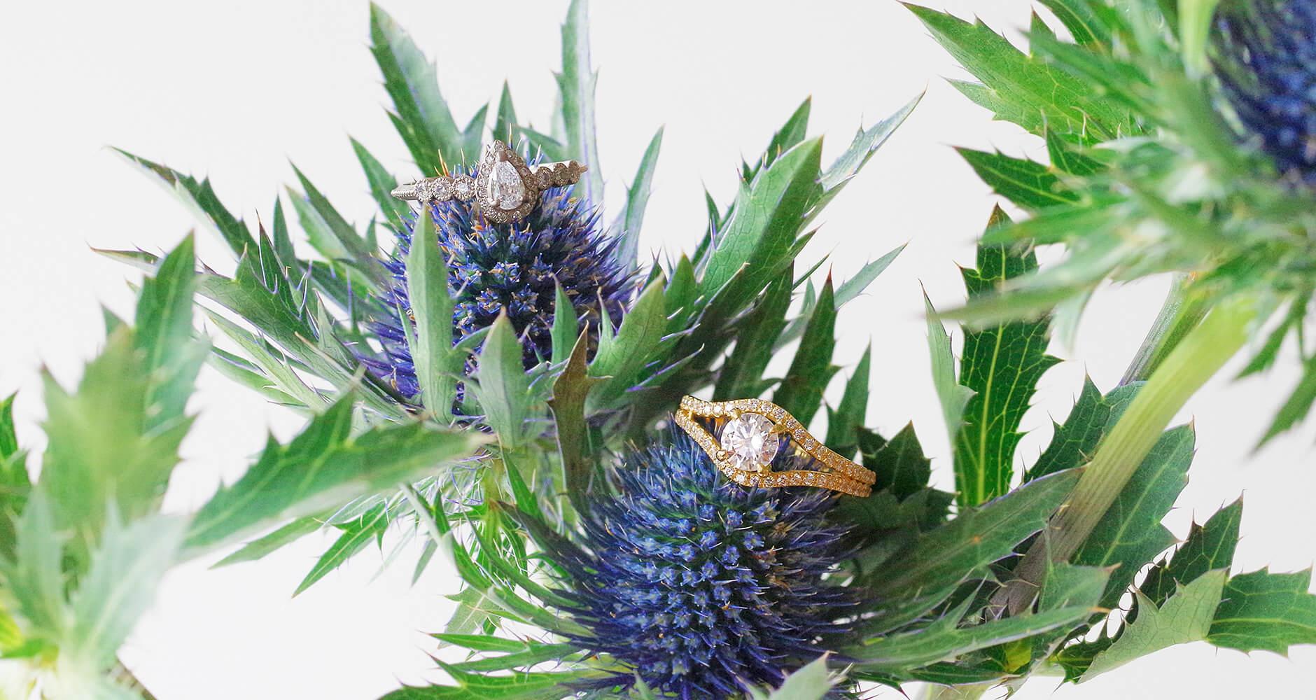 青いお花とクラシカルな婚約指輪