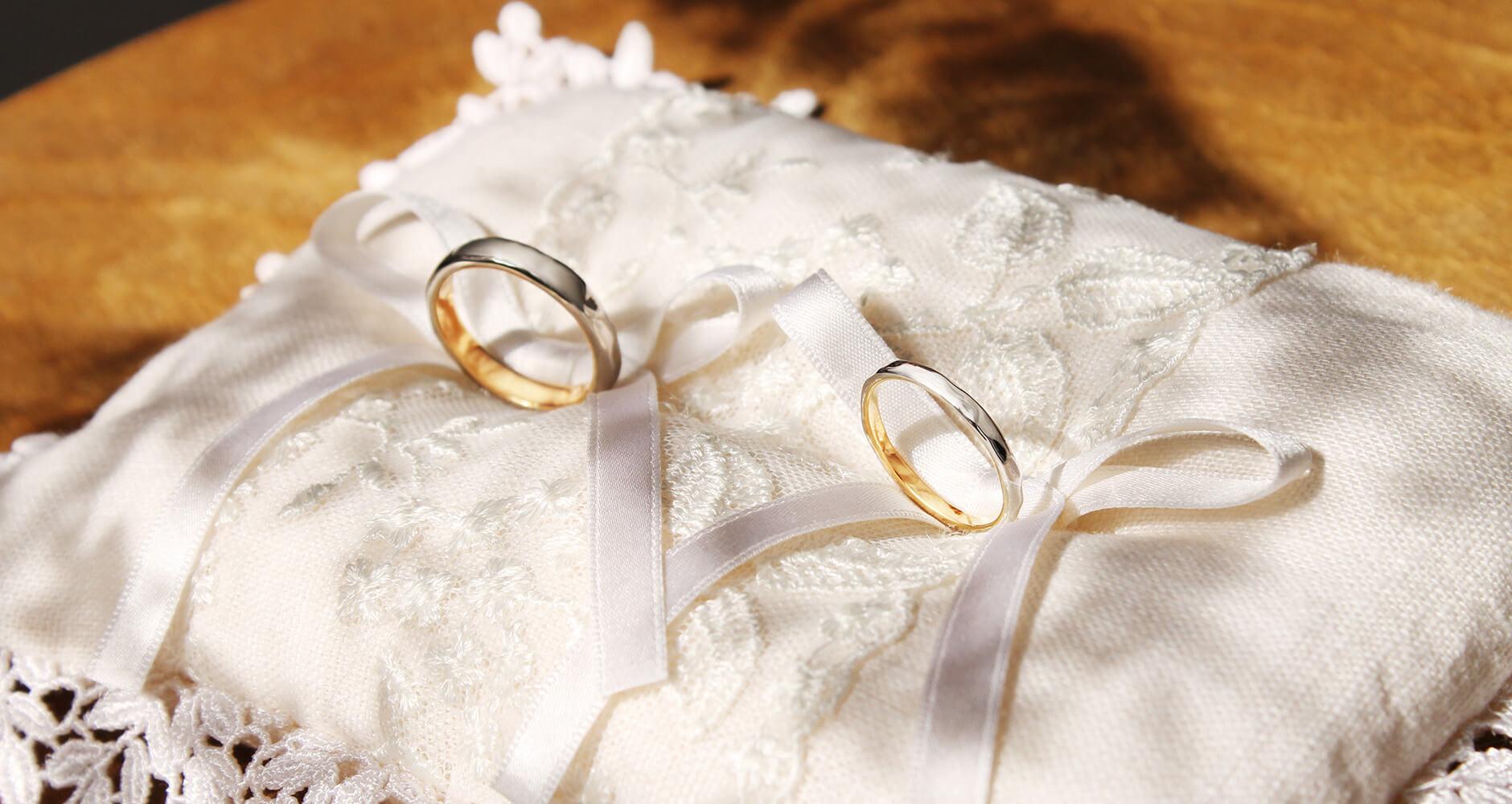 リングピローとコンビの結婚指輪