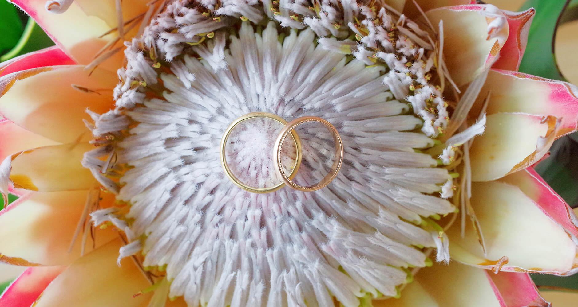 大きいお花とプレーンな結婚指輪