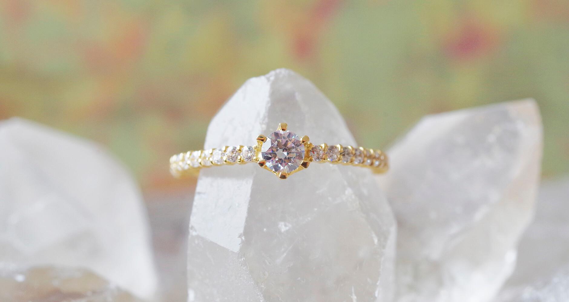クリスタルの原石とダイヤモンドの婚約指輪