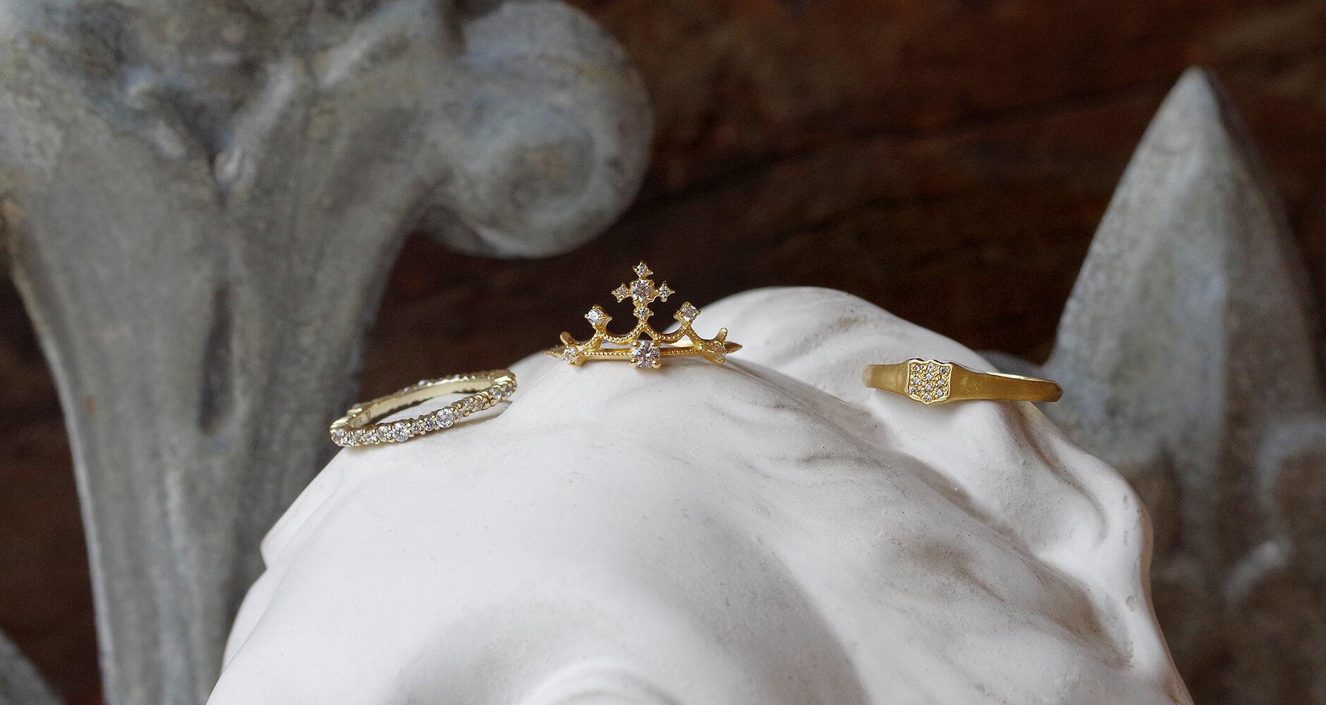 石膏像とクラシカルな婚約指輪