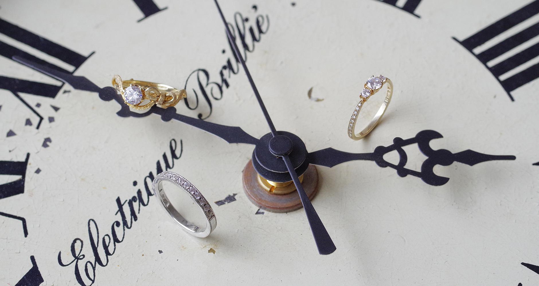 古い時計と結婚・婚約指輪