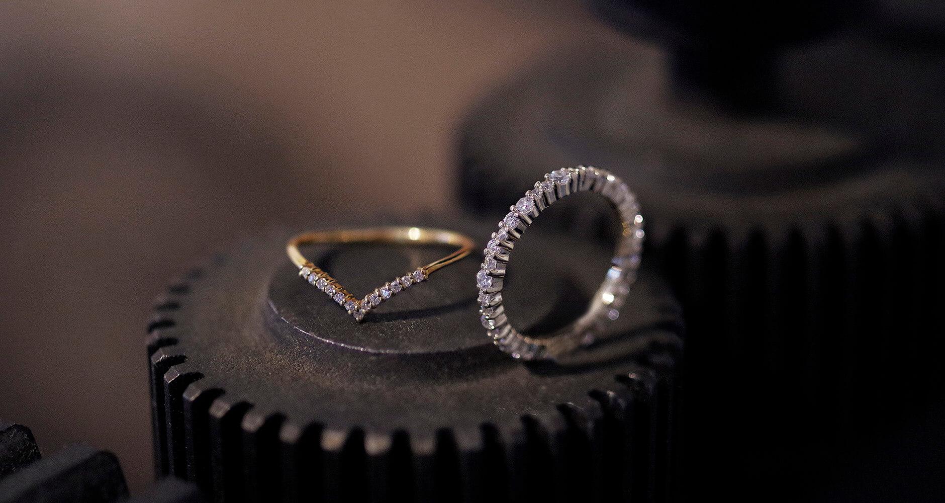 鉄の歯車と細身のダイヤの指輪