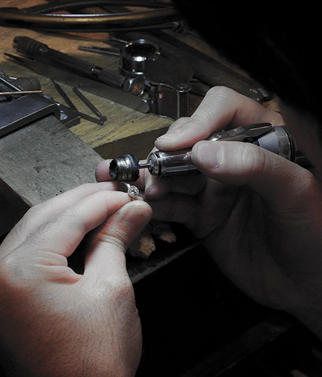 熟練の職人が手作りで制作するオーダーメイドの結婚指輪