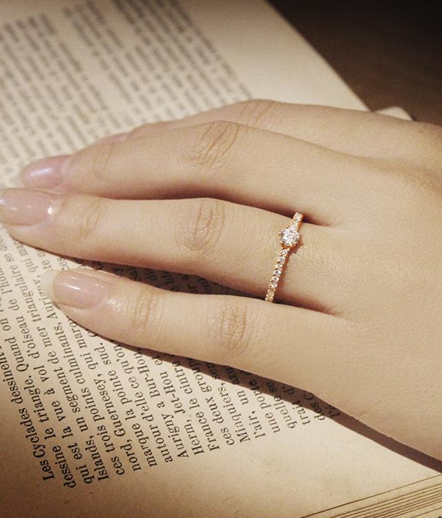 ダイヤモンドを散りばめた婚約指輪