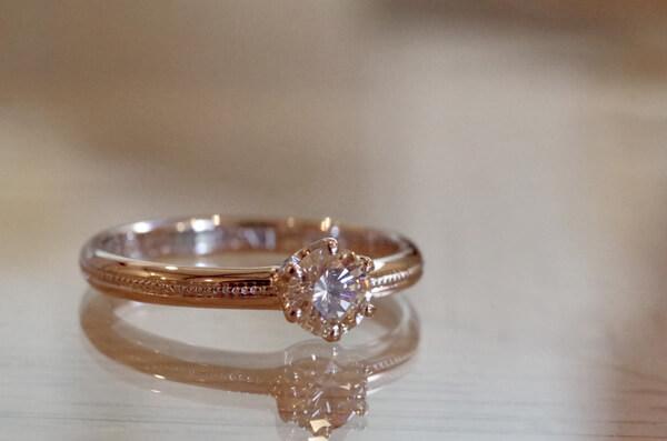 アームの中央にミルグレインを施した婚約指輪