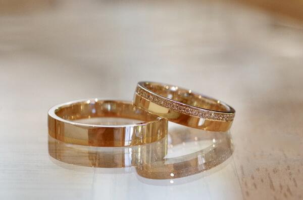 コンビタイプの平打ちの結婚指輪