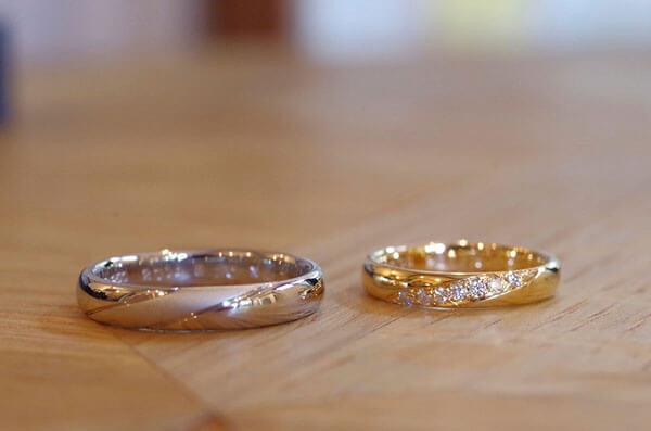 斜めにラインを入れたデザインの結婚指輪