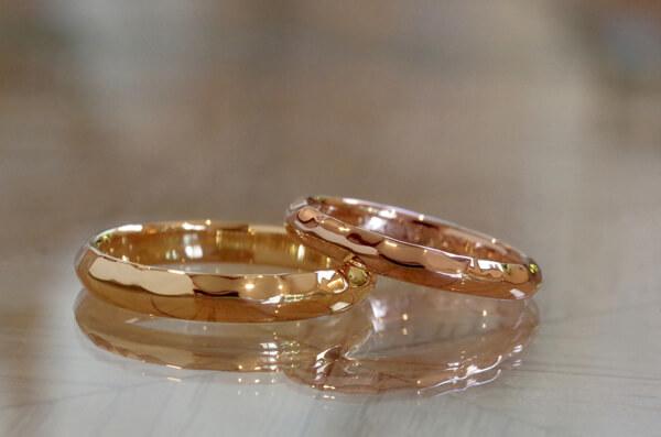 半面のみ槌目に叩いた甲丸の結婚指輪