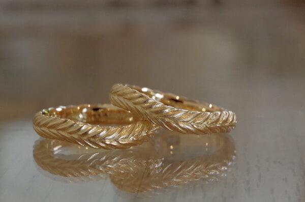 月桂樹の葉をモチーフにしたV字の結婚指輪