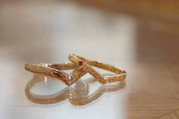 思い思いのV字の結婚指輪