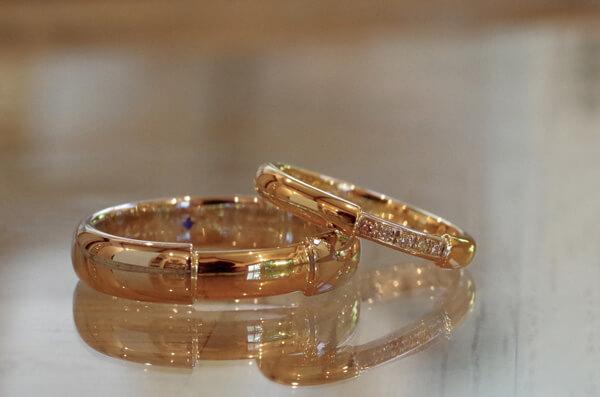 太さに差をつけたコンビの結婚指輪
