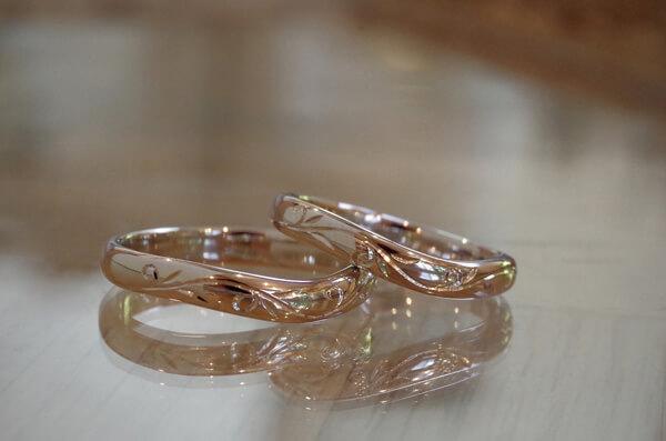 唐草を彫り入れたV字の結婚指輪