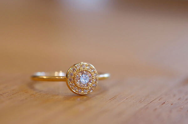 取り巻きの婚約指輪