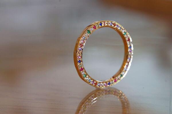誕生石を全て使用した結婚指輪