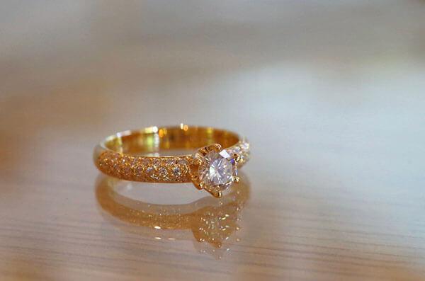 パヴェセッティングの婚約指輪