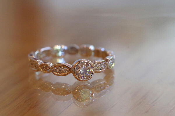 ランダムなフルエタニティの婚約指輪