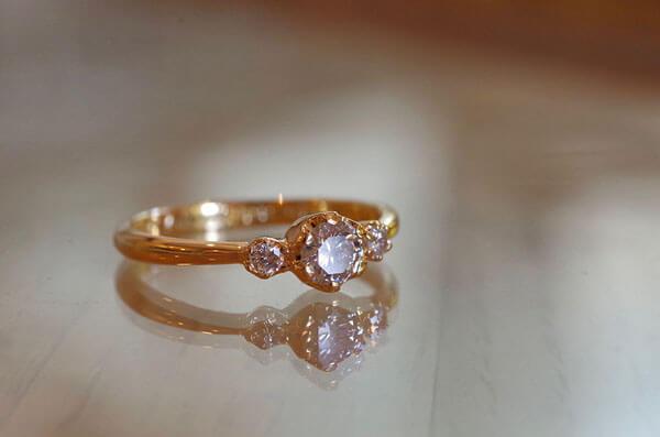 脇石タイプのアンティーク調の婚約指輪