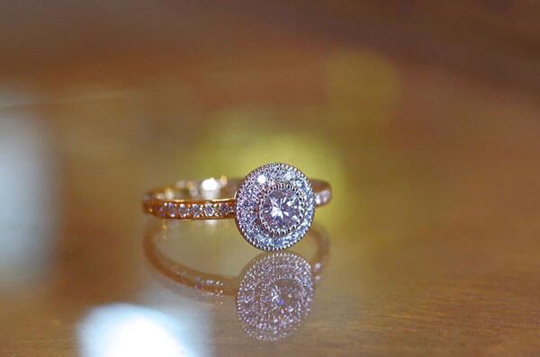 ダイヤを全面に敷き詰めた婚約指輪