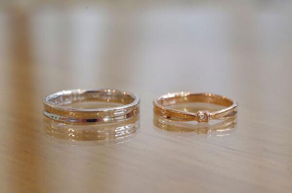 リボンの要素をさりげなく入れた結婚指輪