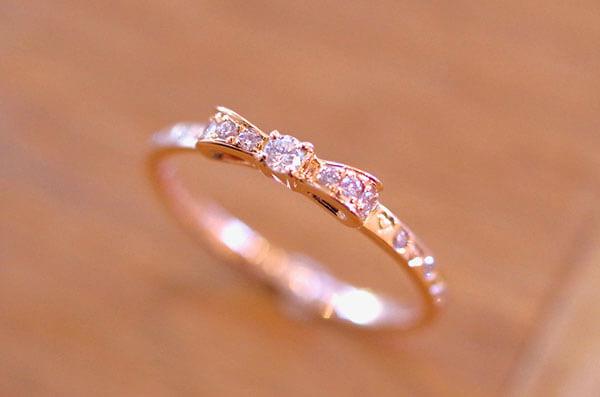 リボンの可愛らしい婚約指輪