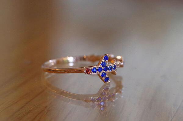 飛行機をモチーフにした婚約指輪