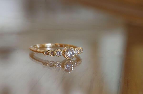 ミルグレインを入れたクラシカルな婚約指輪
