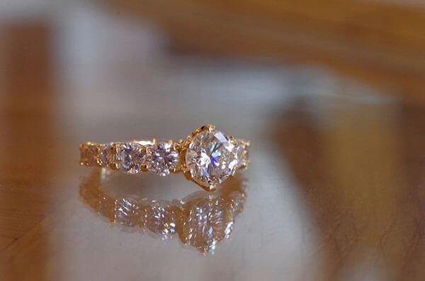 1カラットUPダイヤの豪華な婚約指輪