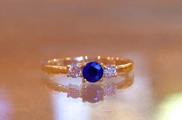 ブルーサファイアを中石にした婚約指輪
