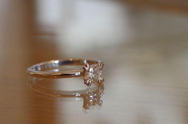 四つ葉のクローバーの婚約指輪