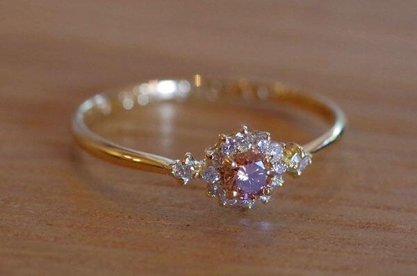 ブラウンダイヤの取り巻きの婚約指輪