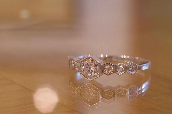 6角形の幾何学的なデザインの婚約指輪
