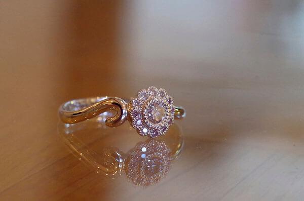 猫のモチーフを取り入れた婚約指輪