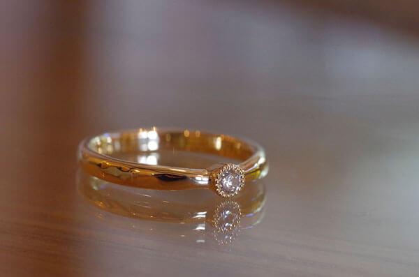 センターストーンを配置した結婚指輪