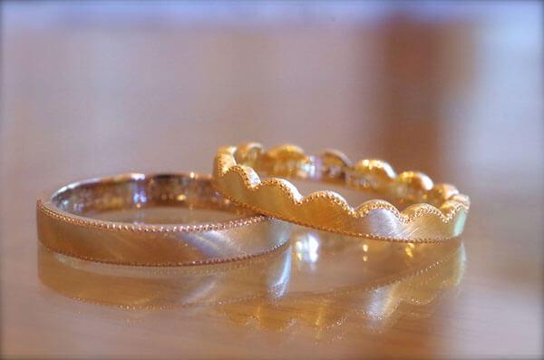 波波が特徴的な結婚指輪