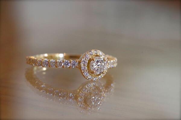 ダイヤをふんだんに使用した婚約指輪