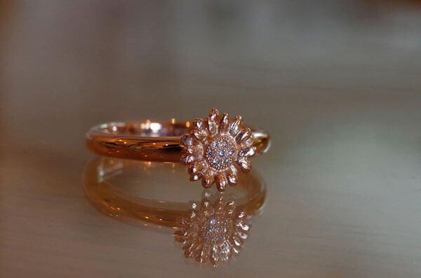 ガーベラモチーフの婚約指輪