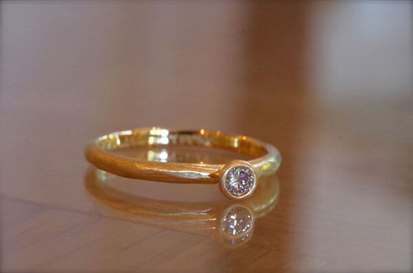 無骨な雰囲気の婚約指輪