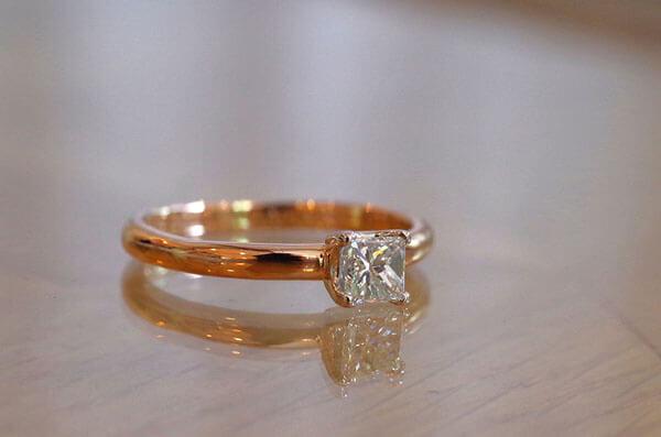 スクエアカットダイヤのコンビの婚約指輪