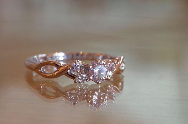 アシンメトリーなデザインの婚約指輪