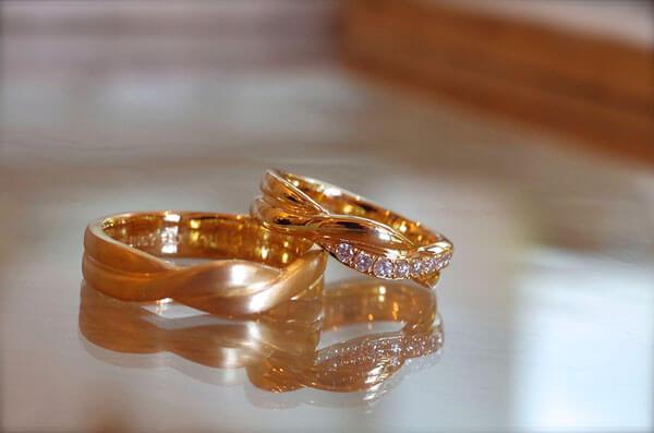 ねじれが重なり合った結婚指輪