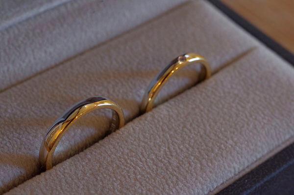 金属を2色使用したコンビの結婚指輪