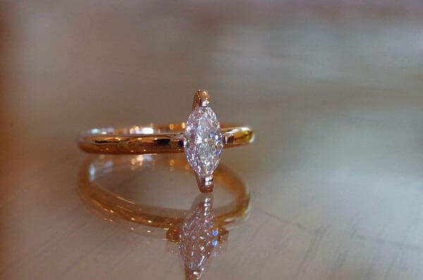 マーキスカットダイヤのコンビの婚約指輪