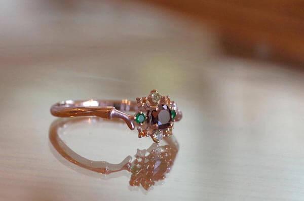 オウムのカラーを取り入れた婚約指輪
