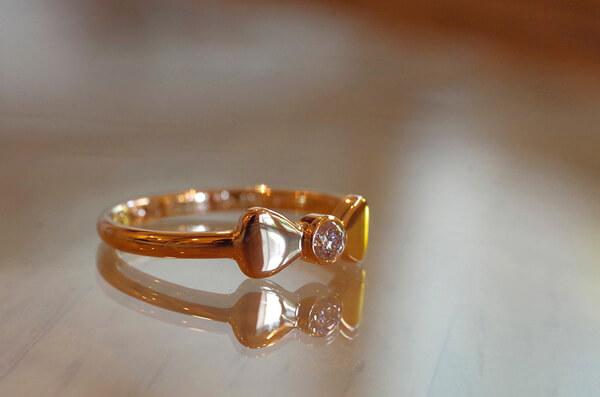 ぷっくりしたリボンの婚約指輪