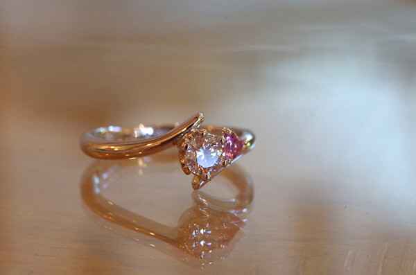 アシンメトリーなピンクトルマリンの婚約指輪