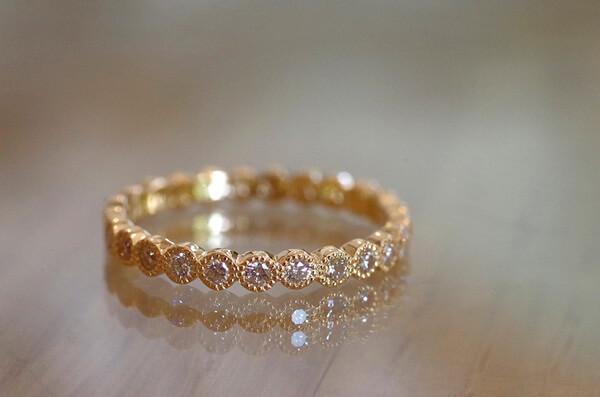 ミルグレインを施したフルエタニティの婚約指輪