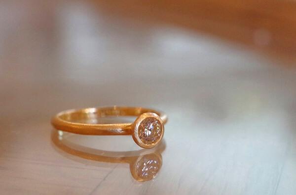 アンティークな雰囲気の婚約指輪