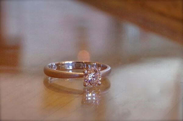 マット加工したソリテールの婚約指輪