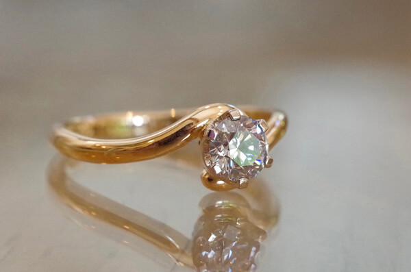 猫のしっぽが巻きついた婚約指輪